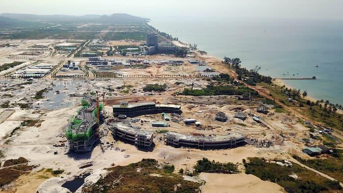 conglomérats tourisme  - La frénésie immobilière est l'une des causes principales de la pollution. Les chantiers gigantesques font partie du quotidien du littoral