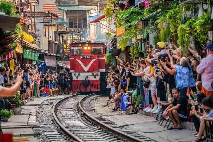trop de touristes rue du train Hanoi
